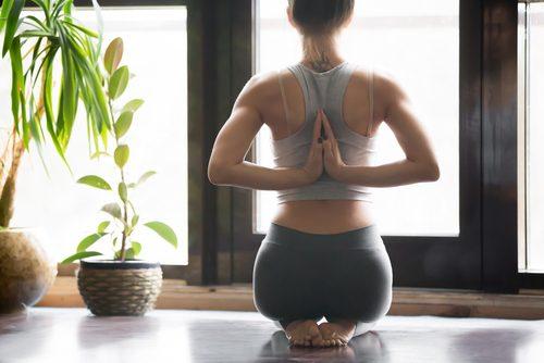 Yogastillinger som hjelper deg med å lindre menssmerter