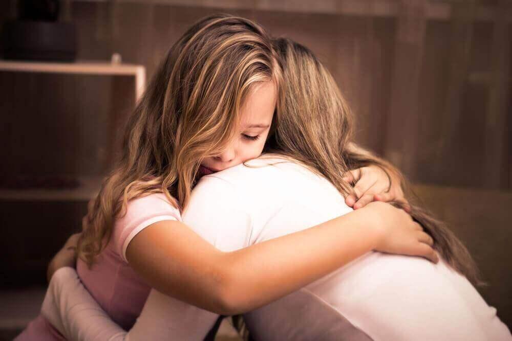 Mor og datter klemmer