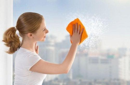 Slik rengjør du glassoverflatene og vinduene dine