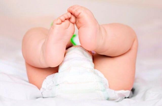 Baby med bleie