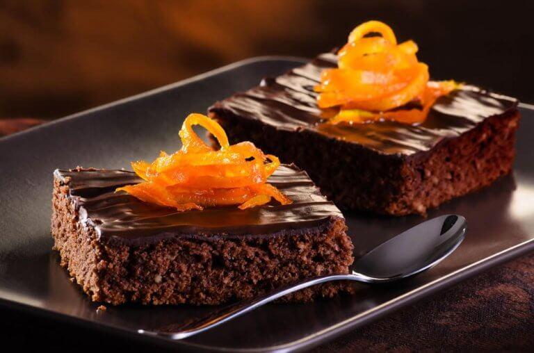Bak en nydelig kake med sjokolade og appelsin