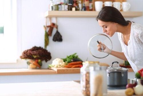 Fire triks for å eliminere dårlig lukt fra sluket