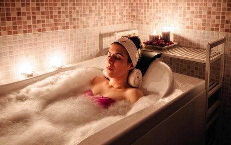 Kvinne i badekar