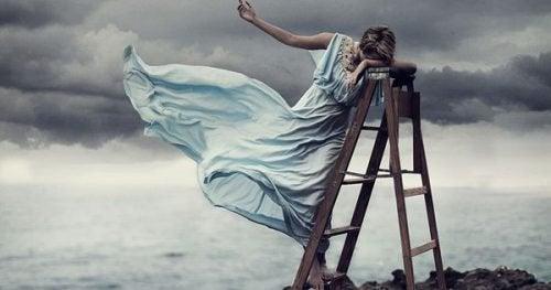 Kvinne i stige ved havet