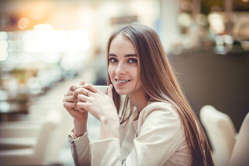 Kvinne drikker varm drikk