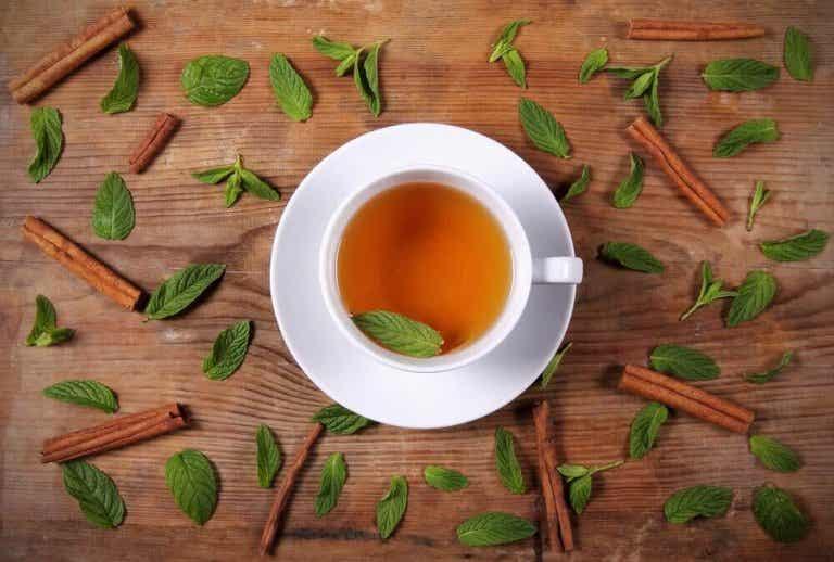Gå ned i vekt med en te med honning og kanel