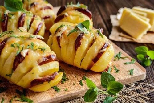 Prøv disse deilige potetene fylt med chorizo og ost
