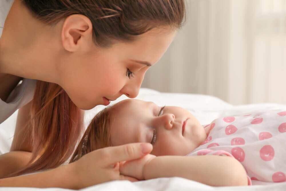 Mor og sovende barn
