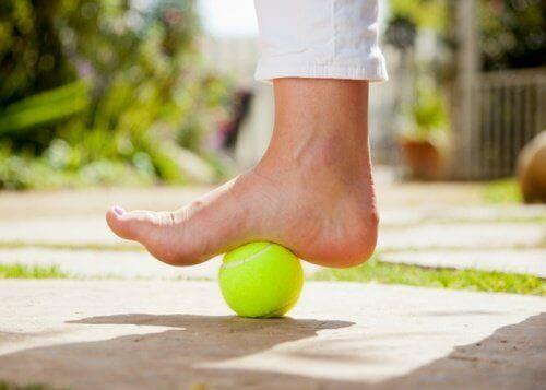 Tennisball under en fot