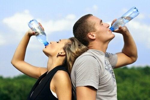 Mann og kvinne drikker vann