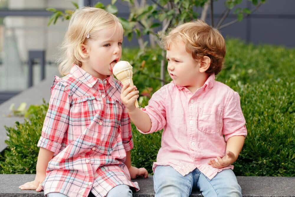 Barn deler iskrem