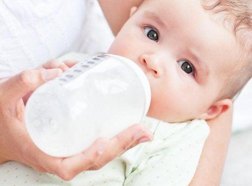 Baby drikker fra flaske