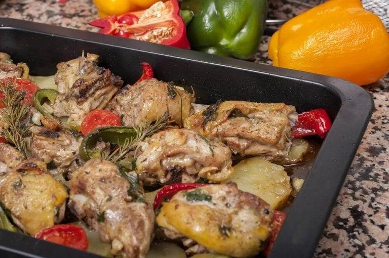 Deilige oppskrifter på bakt kylling med poteter og gulrøtter