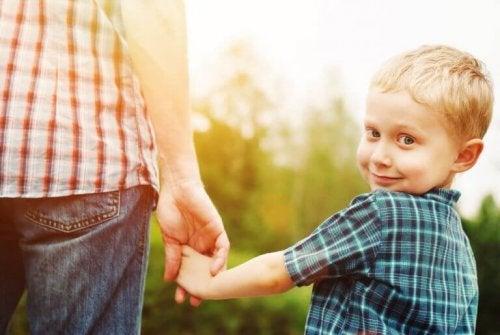 Barn holder en voksens hånd