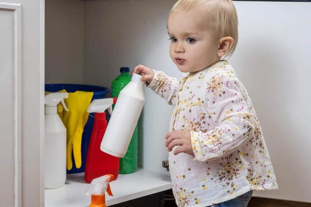 Barn med rengjøringsprodukt