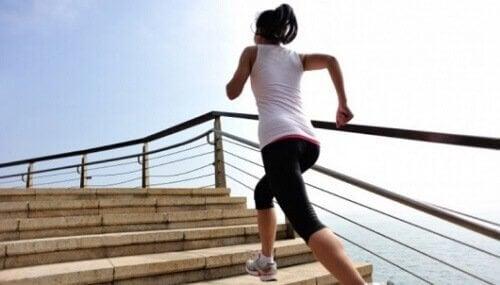 Kvinne løper i trapper