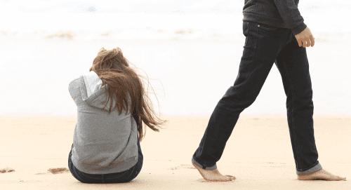 Mann drar ifra trist kvinne