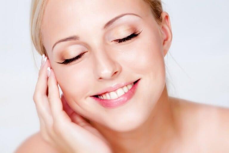 Kvinne med sunn hud