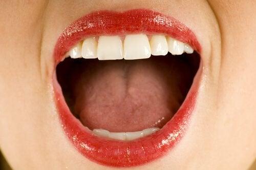 Finn ut hva som forårsaker en metallisk smak i munnen