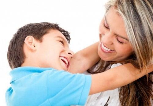 Lykkelig mor og barn