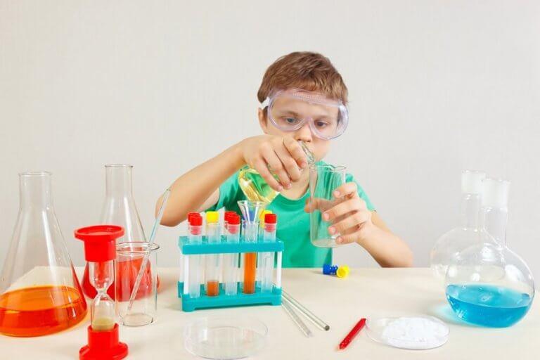 Barn driver med kjemi