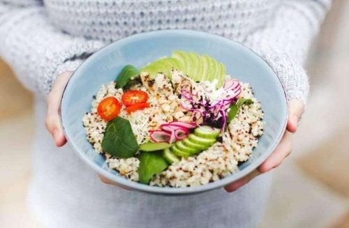 Tre sunne og smakfulle salater med quinoa