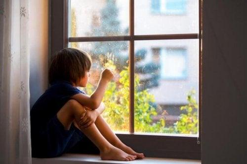 Liten gutt ser ut vindu