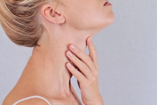 Kvinne med plager i skjoldkjertelen
