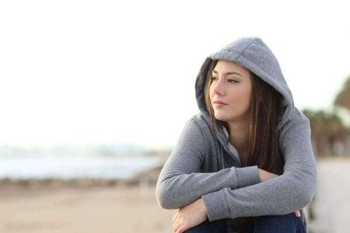 Ungdom sitter ute alene