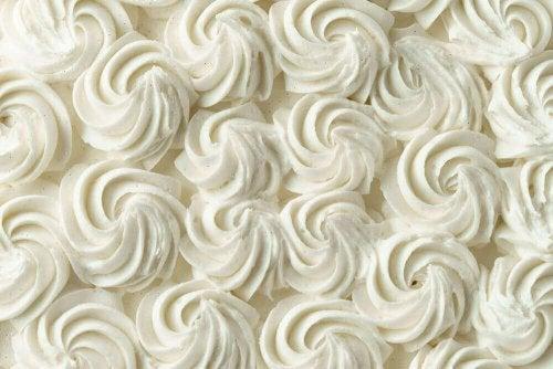Lær hvordan du forbereder en dekorativ frosting for kaker