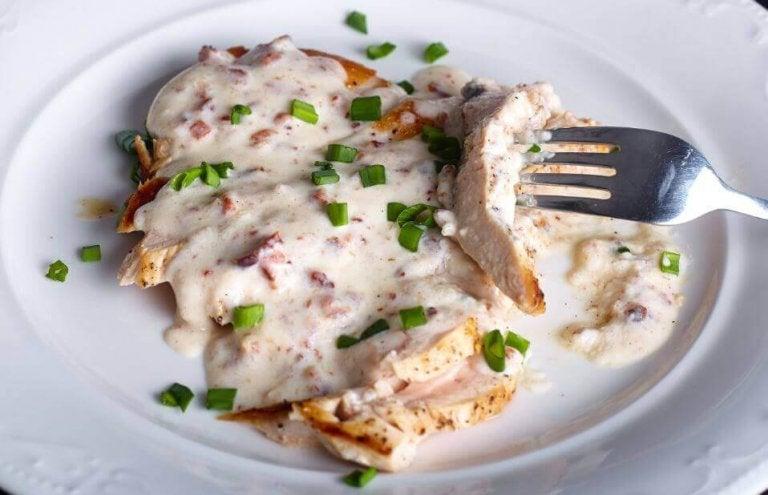 Oppskrift: Smakfulle kyllingbryst med ostesaus