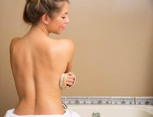 Kvinne børster huden