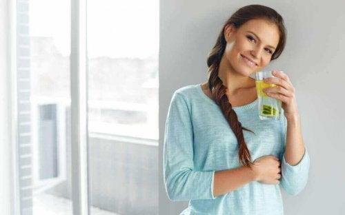 Kvinne drikker sitronvann