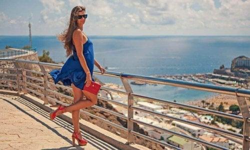 Kvinne i kort, blå kjole