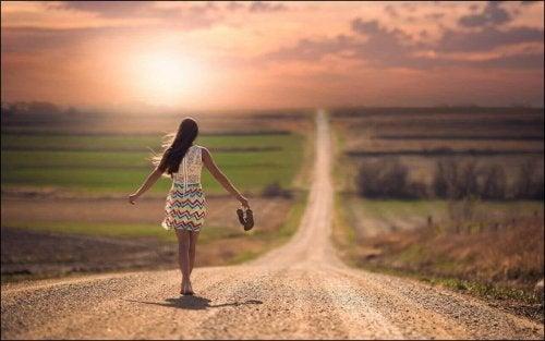 Kvinne går langs vei