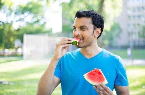 Mann spiser vannmelon