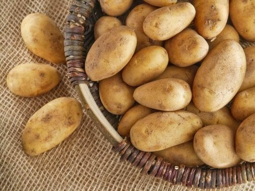 En kurv med poteter