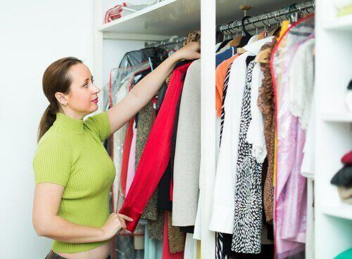 10 tips for å rydde i og organisere klær i garderoben din