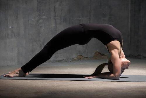 4 yoga-stillinger for å gjenopprette energien din