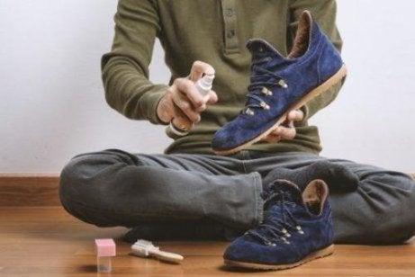 Mann rengjør skoene sine