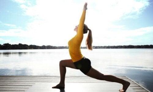 3 yogastillinger for å lindre spenning i nakken