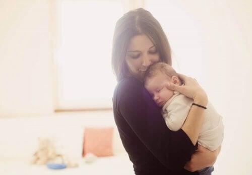 baby sammen med sin mor