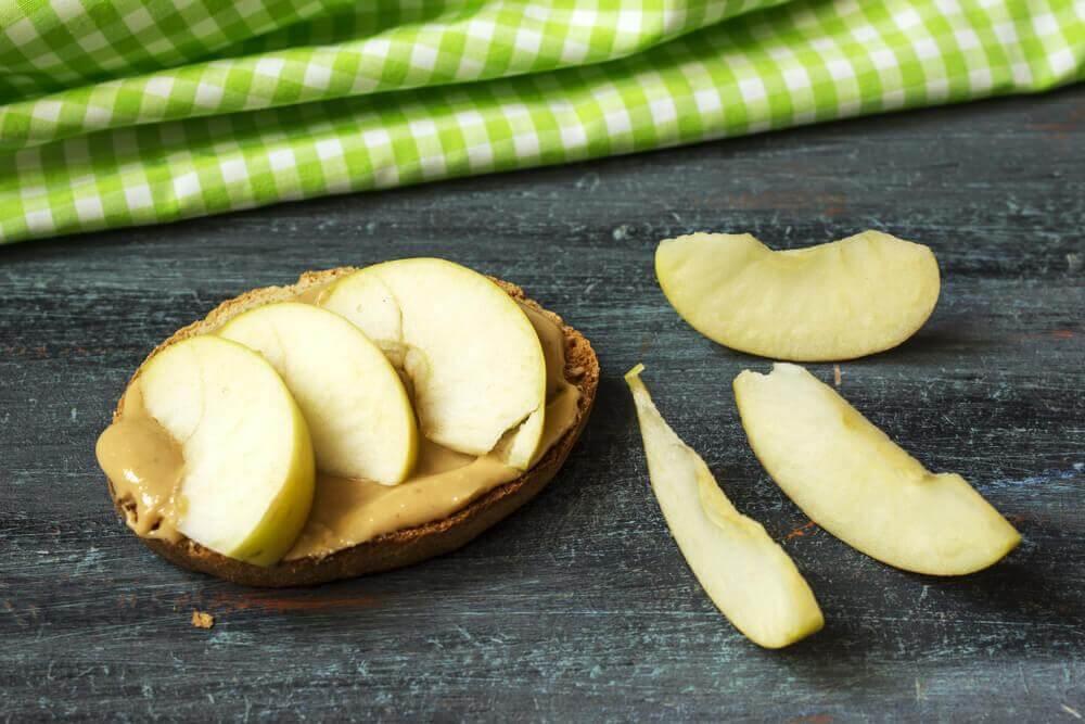 matkombinasjon: eple og peanøttsmør