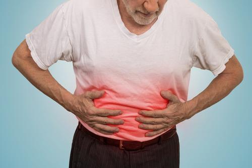 en mann som lider av magesår
