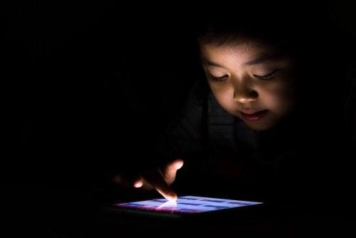 Barnet mitt er avhengig av nettbrett
