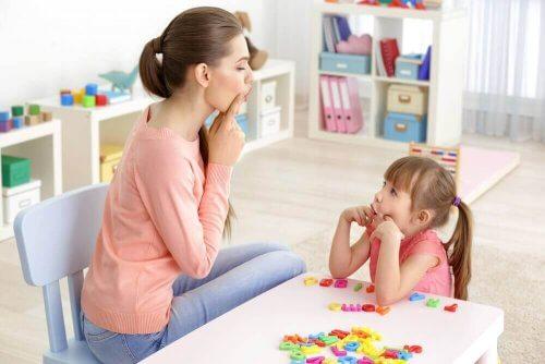 Mor og barn øver på å snakke