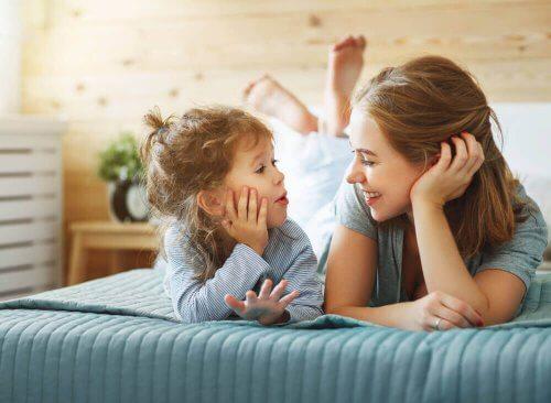 Mor og barn snakker