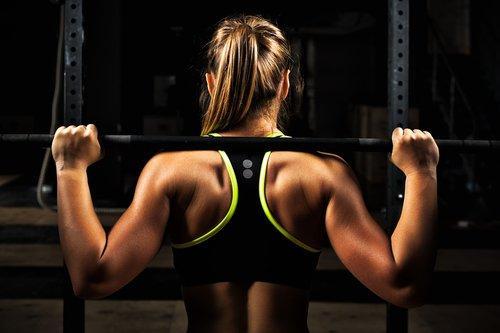 Dame som trener hver dag.