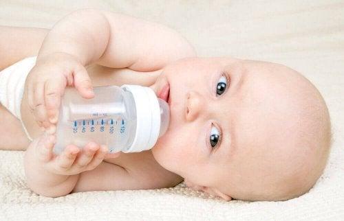 Kassing-metoden: Gi flaske uten å risikere ammingen