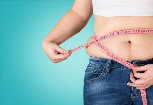 dame som måler magen